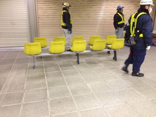 本八幡駅の新しいベンチ組立中