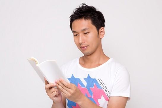 雑誌を読む人の画像
