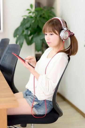 音楽を聞く若いヘッドホン女子2