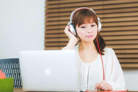音楽を聞く若いヘッドホン女子